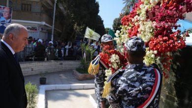 صورة محافظ قنا يضع إكليل من الزهور على النصب التذكاري لشهداء معركة البارود