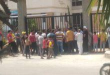 صورة تجمهر عدد كبير من اصحاب المحلات التجاريه امام جهاز مدينه النوباريه